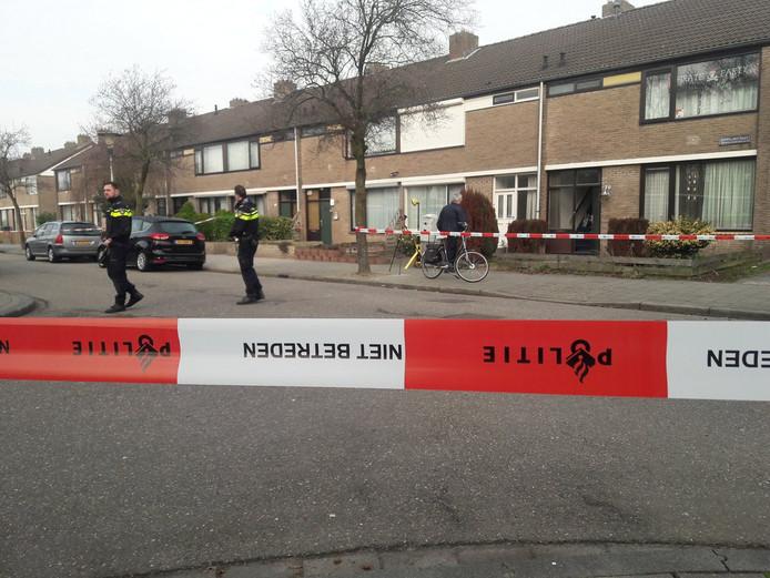 Politie-onderzoek een paar uur na de schietpartij aan de Zeppelinstraat in Helmond.