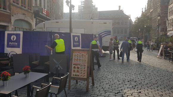 De politie zette een deel van de Grote Markt van Antwerpen af vrijdagavond.