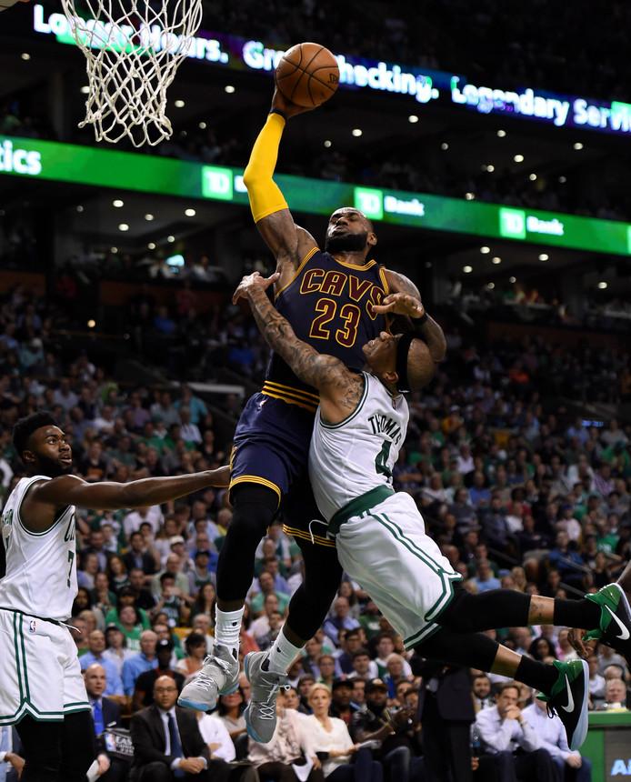 Isaiah Thomas maakt een overtreding op LeBron James van de Cavaliers.