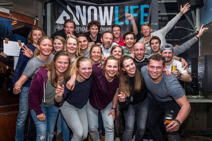 De skileraren van Snowlife poseren in Café Rex in de Nobelstraat. ,,Het is leuk om even samen een biertje te drinken en alle te gekke herinneringen op te halen.''