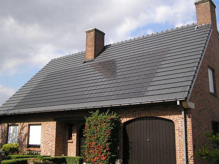In vergelijking met klassieke panelen gaat het bij zonnepannen en -leien om kleinere PV-modules.