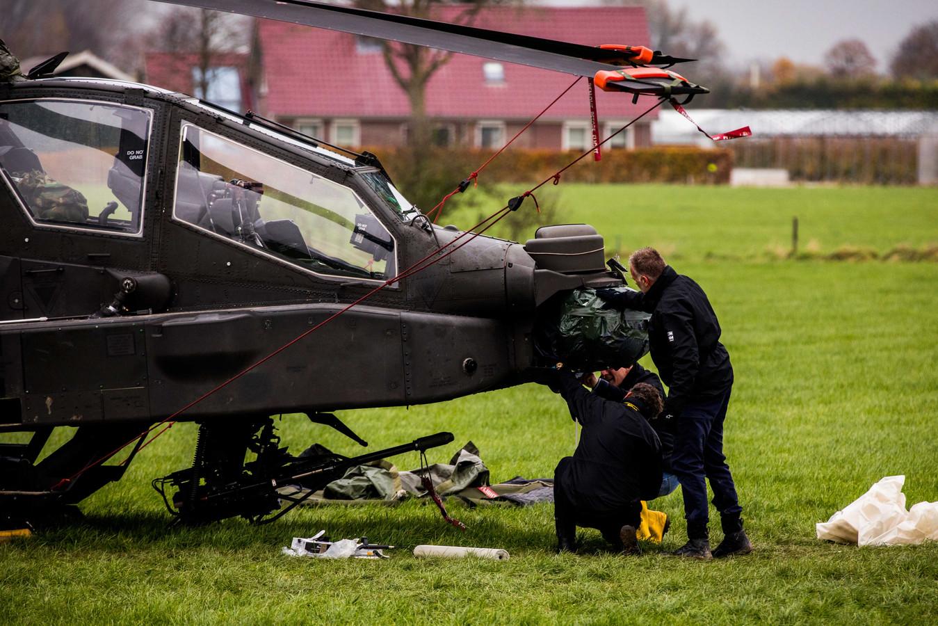 De Koninklijke Marechaussee onderzoekt het ongeluk met een Apache-helikopter in de buurt van Culemborg.