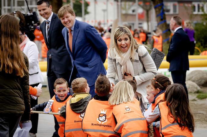 Koning Willem-Alexander en koningin Máxima bij basisschool De Vijfmaster in Veghel tijdens de Koningsspelen.