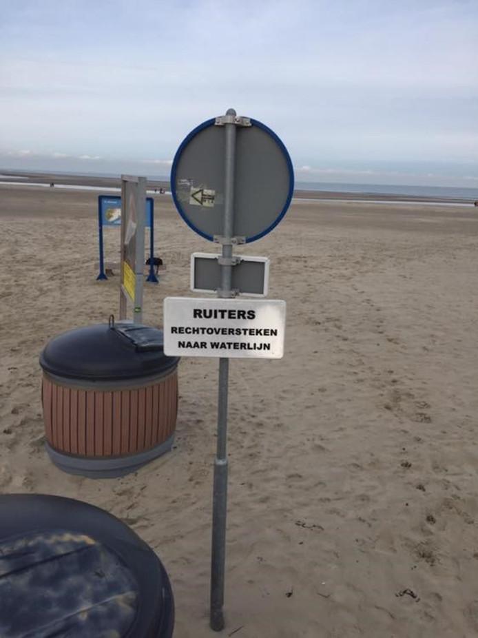 Paarden met ruiters mogen niet meer voorlangs strandpaviljoen De Zwaluw in Renesse vanwege de mestoverlast.