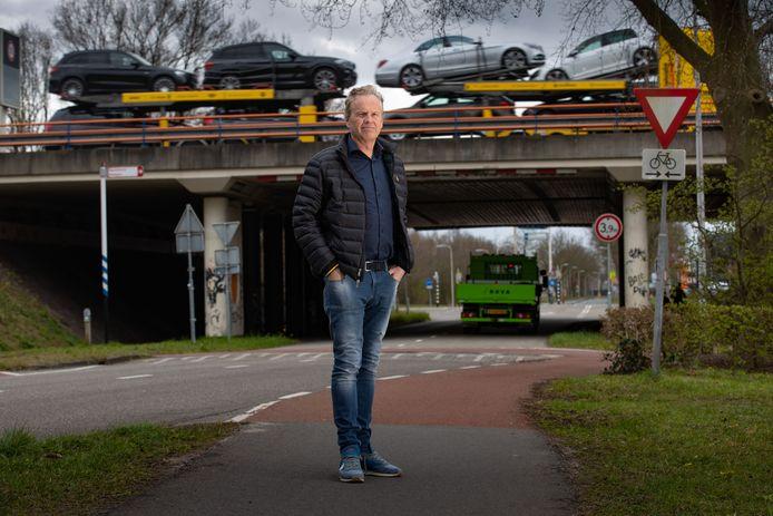 Milko Steur bij de toegangsweg naar de wijk Brinkhoek. Achter hem het viaduct van de A28.