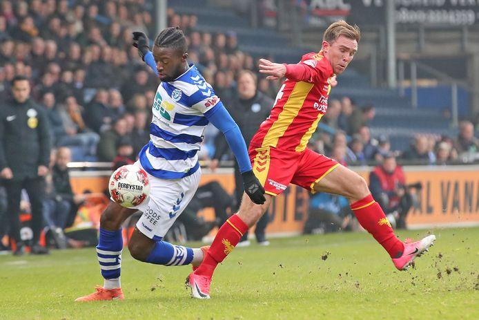 Leeroy Owusu namens De Graafschap in duel met Martijn Berden van Go Ahead Eagles