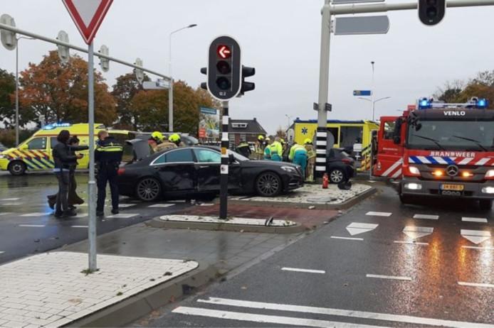 Hulpdiensten aan het werk op de plek van het ongeluk.
