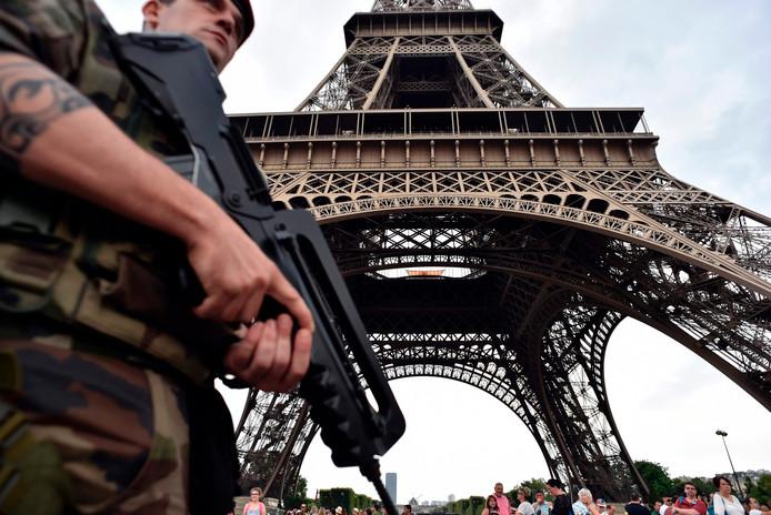 De Eiffeltoren wordt sinds de aanslag in Barcelona extra streng bewaakt.