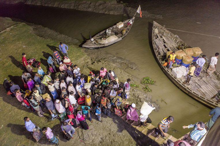 Dagelijks vertrekken er inwoners van Bhola naar de hoofdstad Dhaka in de hoop daar een beter leven te vinden. Beeld Reza Shahriar Rahman