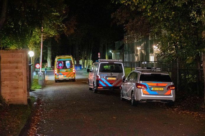 Meerdere politieauto's en een ambulance waren ter plekke na de melding van een vechtpartij in het azc aan de Bosrandweg in Wageningen.