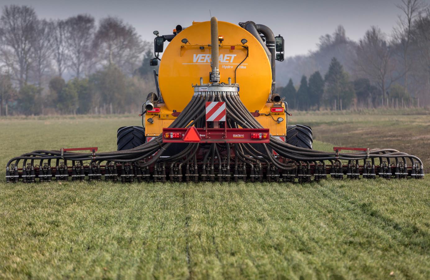 Boeren die niet in de gaten hebben dat hun mestput is volgestort, rijden de drugsresten zo uit over het land