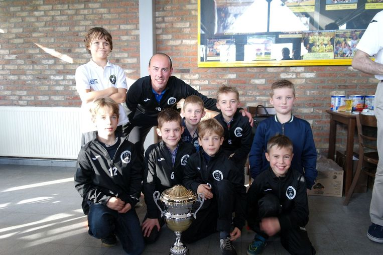 Yoran Maes (links boven), het zoontje van Glenn, mocht gisteren de eerste beker uitreiken aan MSZM Brugge.