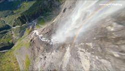 Drone maakt wondermooie duikvluchten langs watervallen in Noors fjord