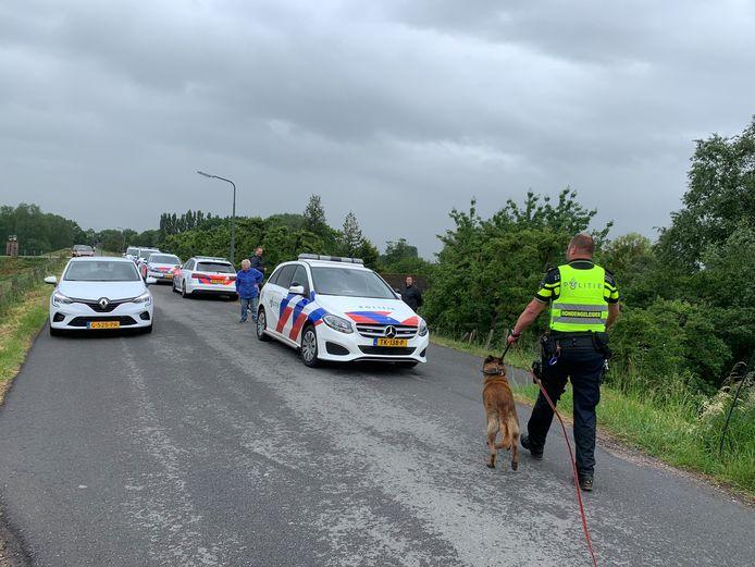 Bij een achtervolging raakte tussen de Sonsbrug en de Diefdijk bij Schoonrewoerd een auto zwaar beschadigd. De bestuurder van de auto, die de wagen gestolen zou hebben, zou fiks gebeten zijn door een politiehond.