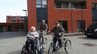 Fietsweek in rusthuis: Gust op driewieler, Delia met rolstoelfiets