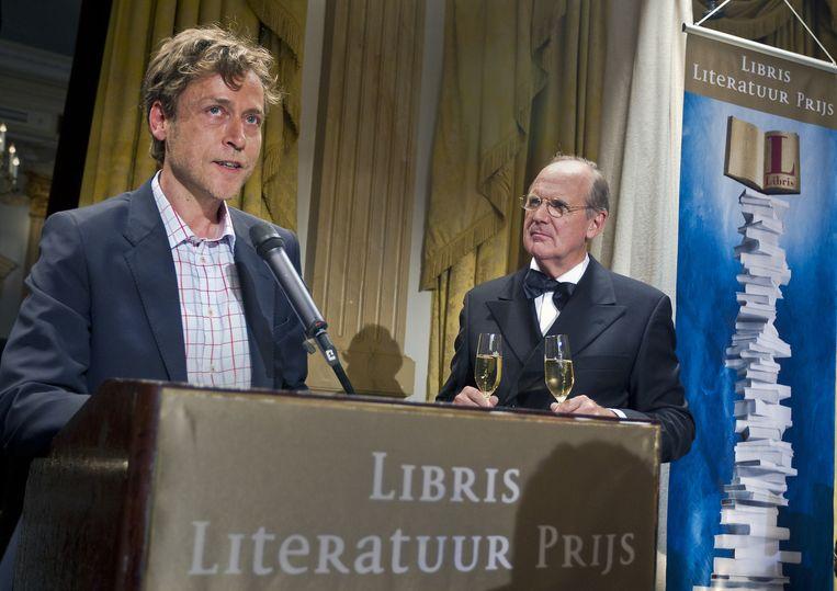 De Vlaamse schrijver Yves Petry (L) won in 2011 de Libris Literatuur Prijs met zijn roman De maagd Marino. Juryvoorzitter Philip Freriks (R), voormalig presentator van het NOS journaal, maakte dat bekend in het Amstel Hotel in Amsterdam. Beeld anp