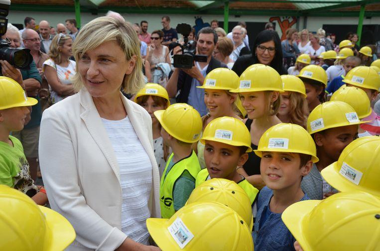 Minister Crevits werd ontvangen door de leerlingen, die zich voor de gelegenheid als bouwvakker hadden verkleed.
