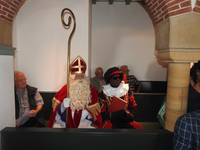 Sinterklaas en Zwarte Piet waren aanwezig in de raadszaal van Woudenberg bij een discussie over het wel of niet subsidiëren van de sinterklaasverenging. Bij wijze van protest en op uitnodiging van de vereniging.