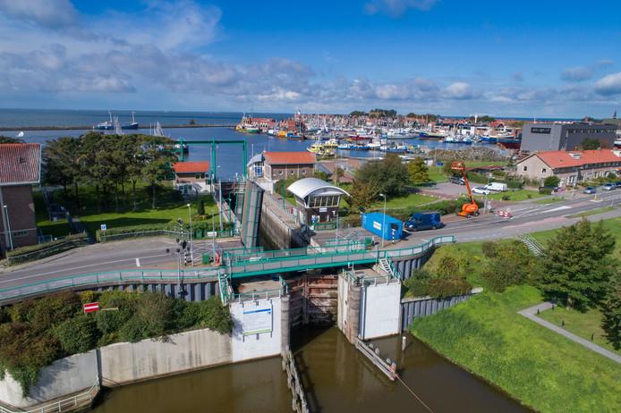 Foto archief. De Urkersluis is tot nader orde gesloten wegens een olievlek in het IJsselmeer.