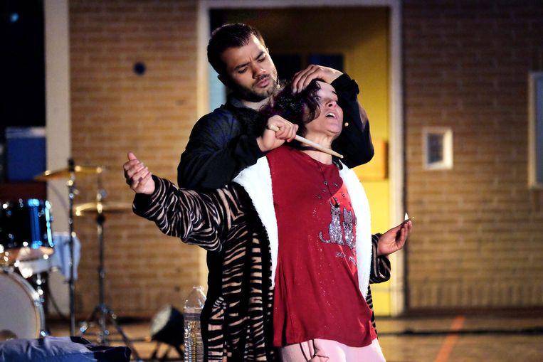 Mingus Dagelet als Jack en Birgit Schuurman als zijn moeder in Gevangenismonologen 2. Beeld Jean van Lingen