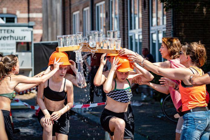 Gelukkig had de organisatie van de zeskamp bij de St. Jansfeesten al volop waterspelletjes geregeld.