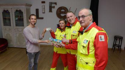 Danser Dieter Vandeputte koopt eerste Rode Kruis-sticker