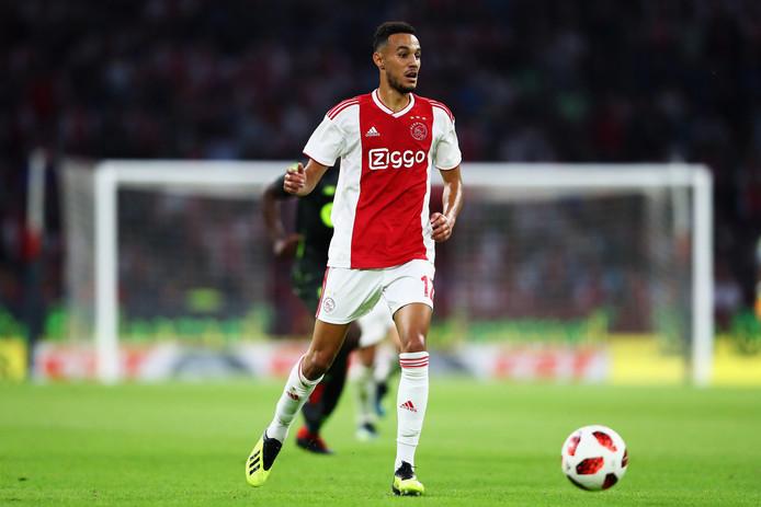 Noussair Mazraoui in actie namens Ajax tegen Standard Luik.