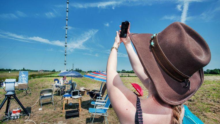Burgers en wetenschappers meten met iPhones en professionele apparatuur luchtvervuiling bij Lopik. Beeld Raymond Rutting
