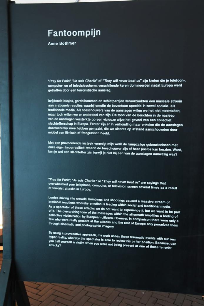 De tekst en uitleg van de kunstenares
