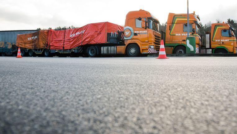 De trucks met de wrakstukken in Duitsland.