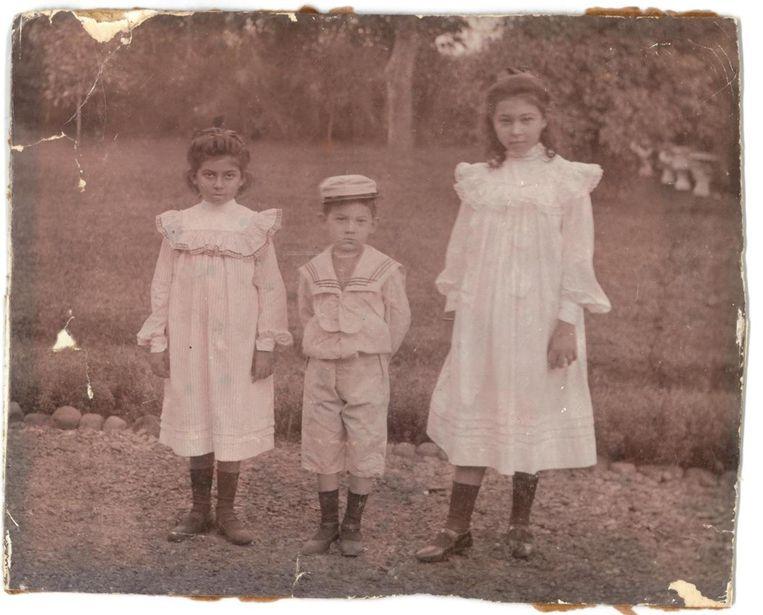 Oma Johanna de Chauvigny de Blot, met broer Guus en zus Philippina. Beeld null
