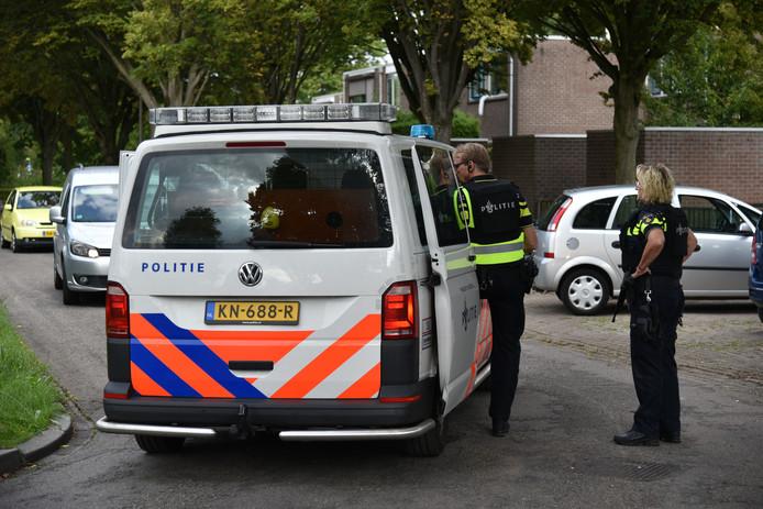 De verdachte wordt afgevoerd in een politiebusje.