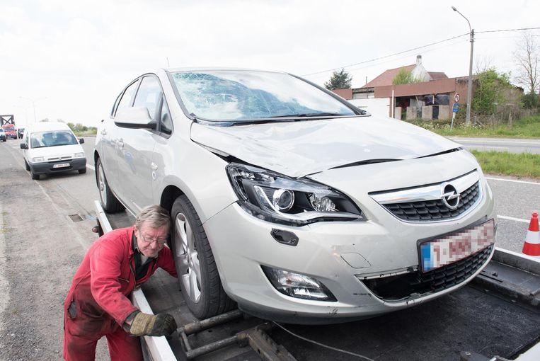 De Opel Astra heeft een verbrijzelde voorruit na het dodelijk ongeval.