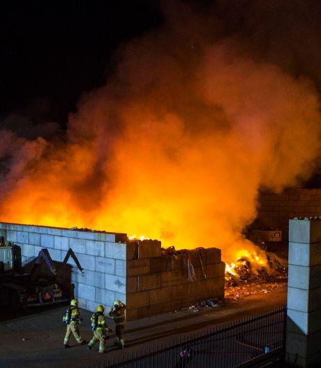 Felle brand in berg afval bij recyclingbedrijf in Boxtel