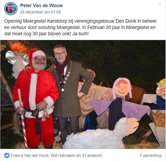 Peter van de Wouw ontving op kerstavond burgemeester Hans Janssen bij de kerststal van de scouting naast D'n Donk.