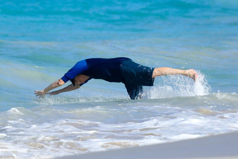 Paul McCartney geniet van een frisse duik.
