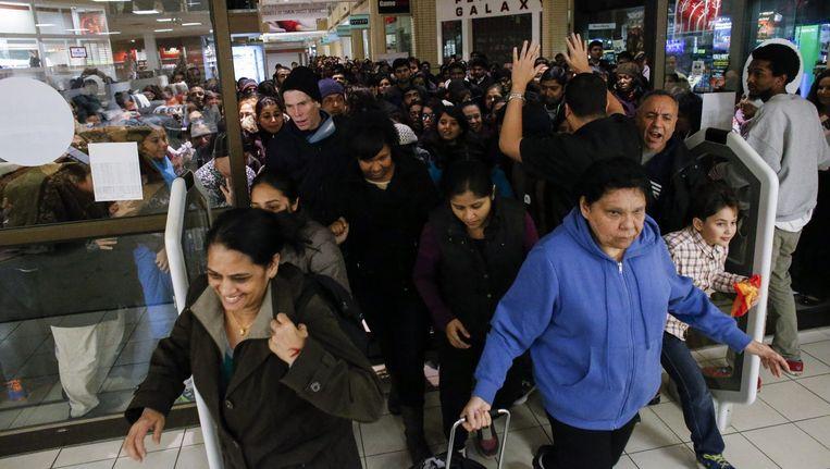 Tijdens Black Friday gaan veel Amerikanen op koopjesjacht, zoals in dit winkelcentrum in Jersey City. Beeld afp