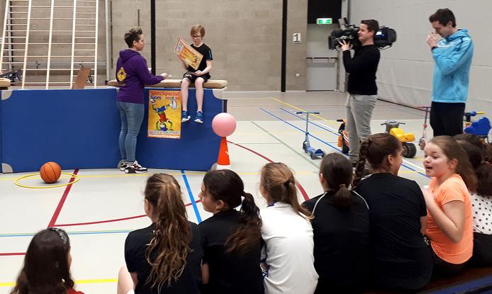 Jurre, winnaar Sjors Sportief-tekenwedstrijd,  krijgt prijs voor hele groep 7 De Klimroos van Krazy Kangeroo