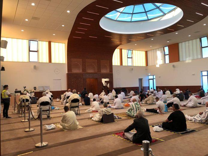 Gebed in de El Feth Moskee in Bergen op Zoom in coronatijd.