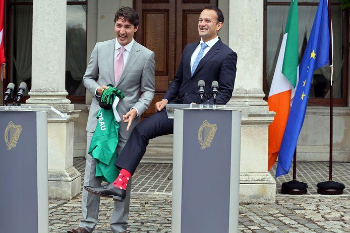 De Canadese premier kreeg van zijn Ierse collega een rugbyshirt. Hij gaf Leo Varadkar (R) echte Canadese sokken.