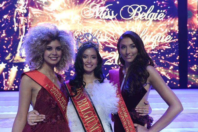 (L-R) eerste eredame Zoe Brunet, winnares Angeline Flor Pua en tweede eredame Dhenia Covens op het podium in het Plopsa Theater, De Panne.