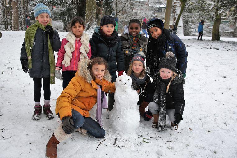 De kinderen van de lagere school van het Heilig Hart&College in Halle bouwden woensdag sneeuwpoppen in het stadspark.