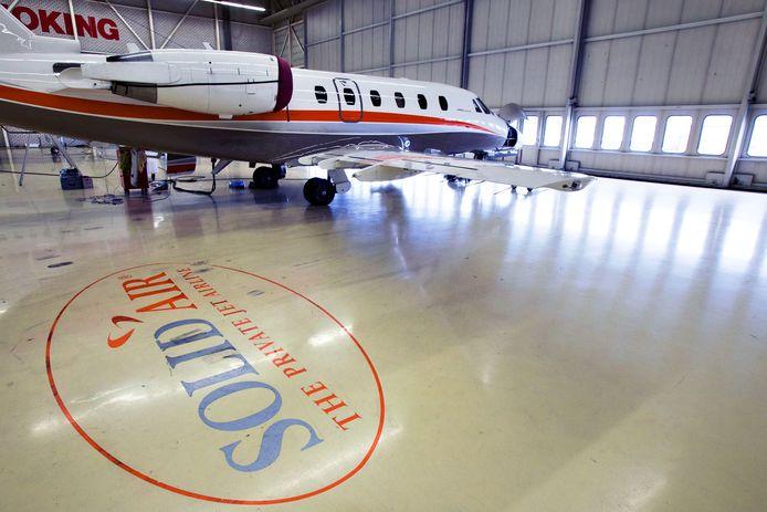 Een toestel van Solid Air in een hangar op Eindhoven Airport in betere tijden (archieffoto)