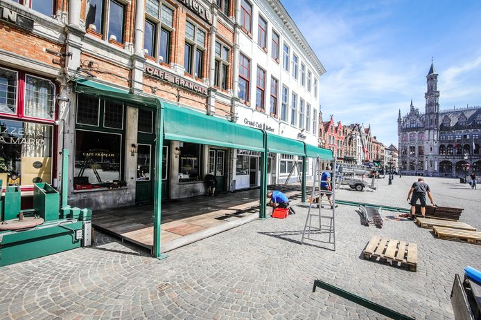 De opbouw van de terrasconstructies op de Markt.