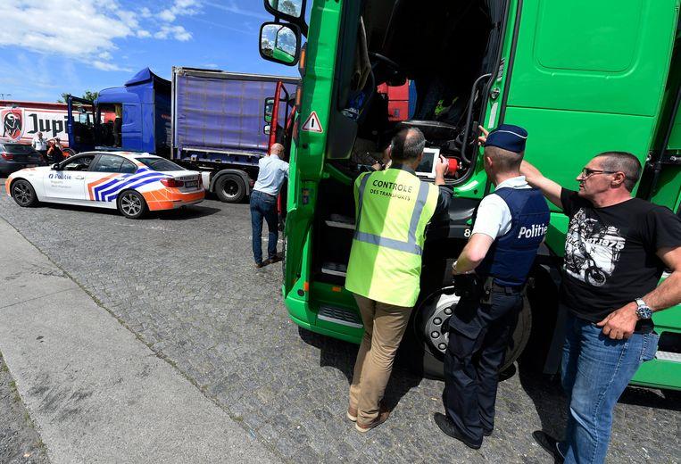 Een archieffoto. De politie voert controles naar tachografen van vrachtwagens uit in Groot-Bijgaarden.