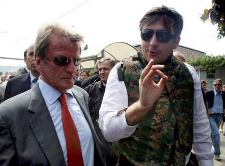 De Franse minister van Buitenlandse Zaken Bernard Kouchner (l.) en de Georgische president Michail Saakasjvili werden in allerijl geëvacueerd toen een onbekende helikopter boven de Georgische stad Gori vloog.