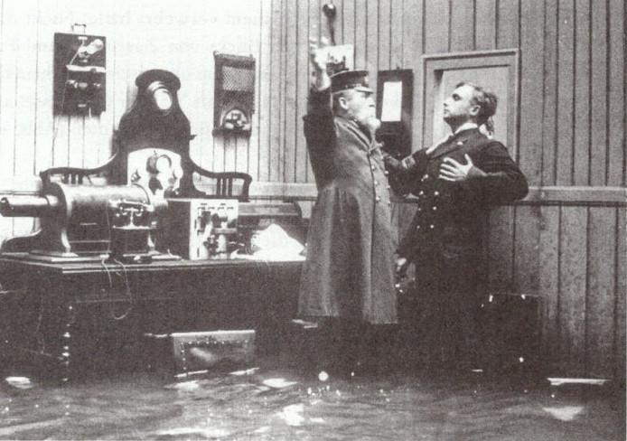 Een fragment uit de film De ramp van de Titanic, grootste drama ter zee. De kapitein (links) en de marconist zweren samen ten onder te gaan.