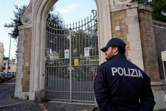 Een agent houdt de wacht bij de ingang van de Apostolische Nuntiatuur van het Vaticaan.