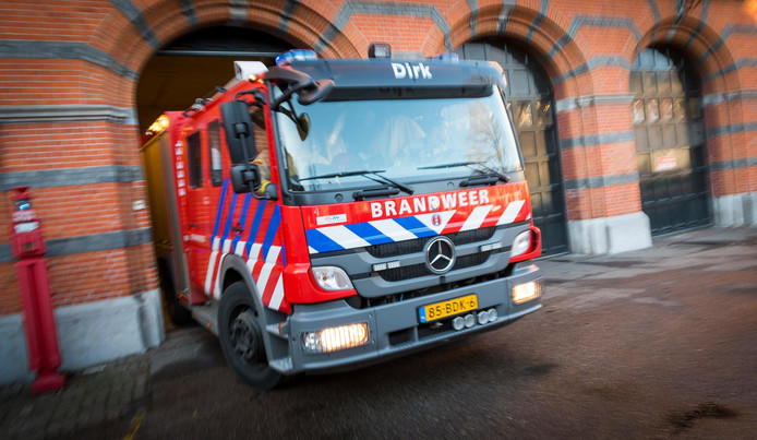 Een brandweerauto (van een andere Amsterdamse kazerne) rukt uit na een melding.