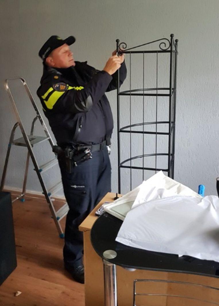 Agenten Zetten Ikea Kastje In Elkaar Om Burenruzie Te Beslechten